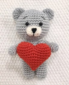 Maci szívvel - szürke